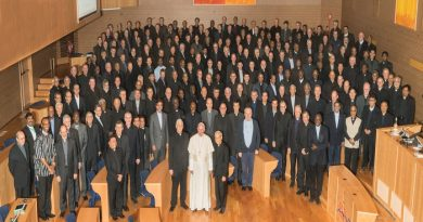 GC36_Pope Frances visits Aula with all the delegates, and posing with Pope Francis are Superior General Arturo Sosa, and Orlando Torres.