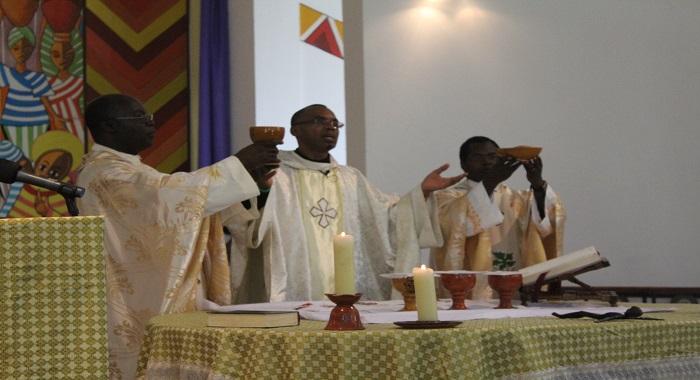Père Orobator SJ célèbre la messe à Hekima