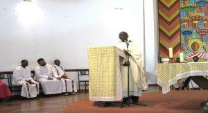 Le père Kombi lors de son mot de remerciements à Hekima
