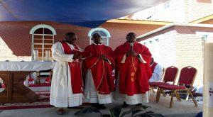 le père Daniel Mutalé SJ au centre de la photo