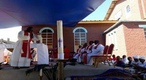 Père Kalyepe SJ durant l'homélie