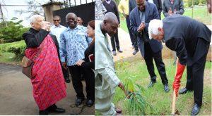 Le père Arturo Sosa SJ en vêtement traditionnel Masaï (à gauche) et lors de la plantation d'un arbre (à droite)