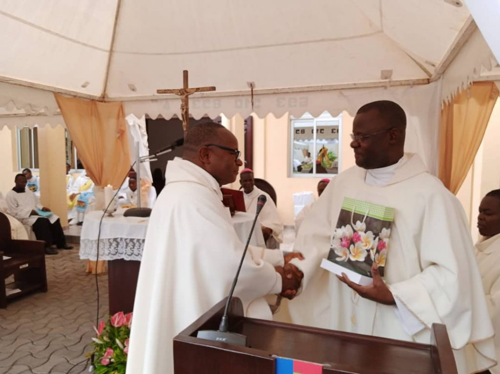 Les pères jésuites Mathieu Ndomba et Hyacinthe Loua