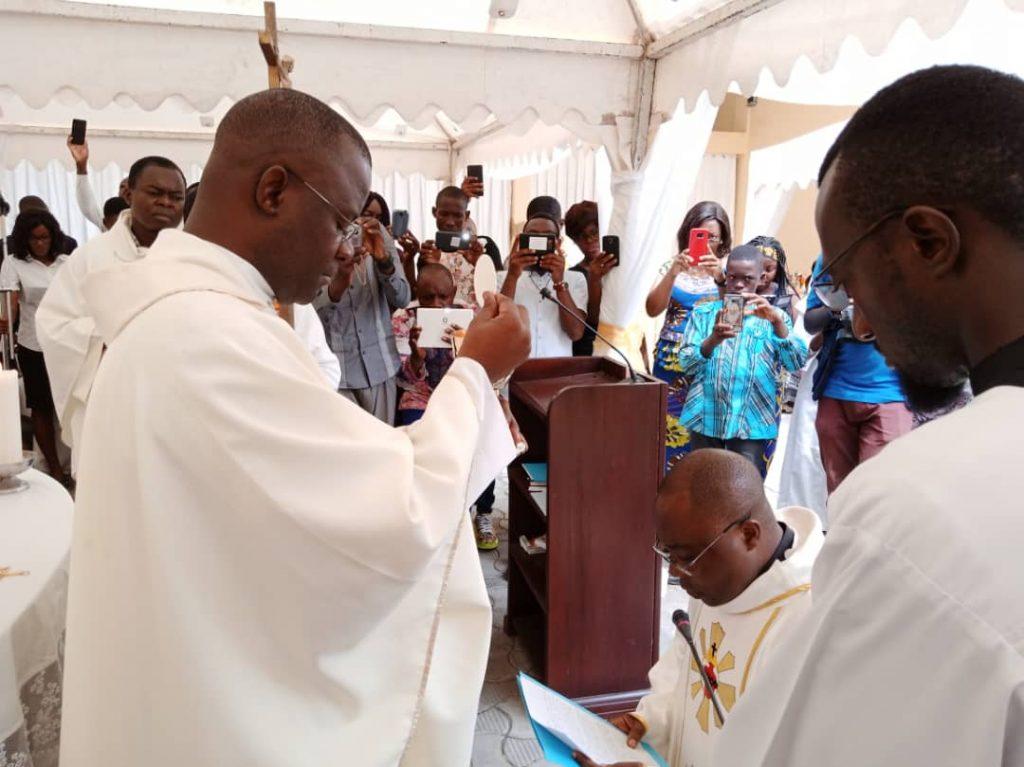 Père Narcisse Takong lors des derniers voeux