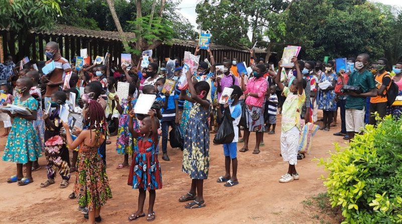 Chaque enfant avec son kit scolaire