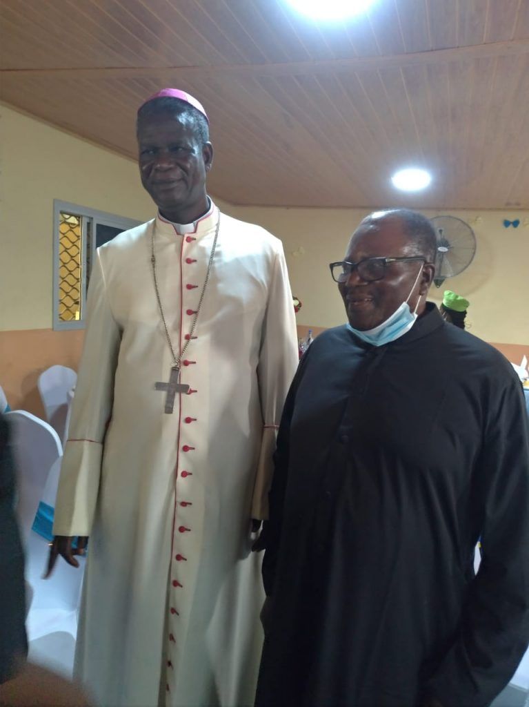 Mgr Samuel Kleda et Frère Philippe Azeufack SJ