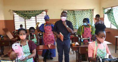 Covid-19: Le père Mathieu Ndomba SJ soutient les femmes démunies et vulnérables des centres sociaux Loyola