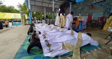 Burkina Faso : Mgr Gabriel SAYAOGO ordonne douze prêtres dont un jésuite